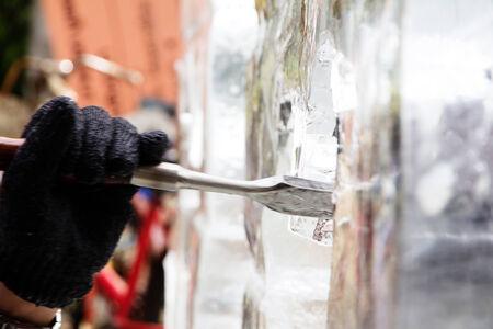 trinchante: Talla de Esculturas de Hielo, Hielo Carver usa el cincel para tallar Foto de archivo