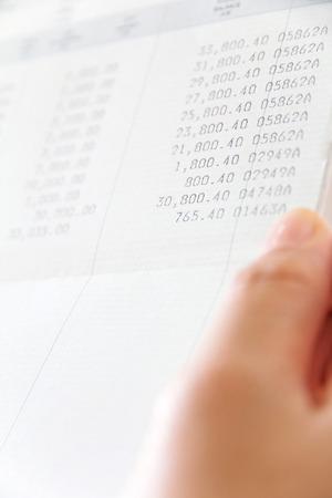 bankkonto: Hand h�lt Bankkonto buchen, Finanz-Konzept Lizenzfreie Bilder