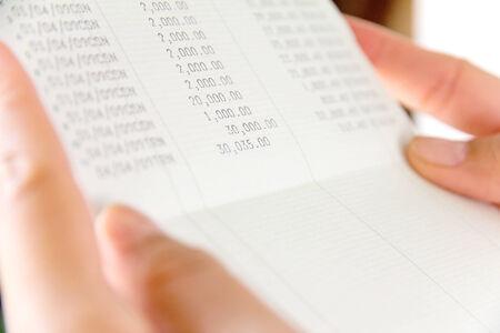 bankkonto: Hand h�lt Bankkonto buchen Lizenzfreie Bilder