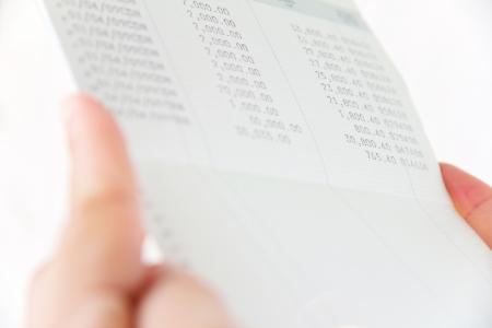 cuenta bancaria: la mano que sostiene el libro cuenta bancaria, concepto financiero Foto de archivo
