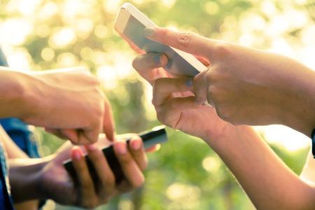 Tonåringar med mobiltelefon