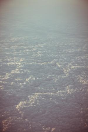 estratosfera: Ver atrav�s da janela da aeronave Stratosphere cloudscape Banco de Imagens