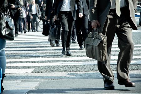 Mensen woon-werkverkeer in de spits bij zebrapad, Tokyo Japan