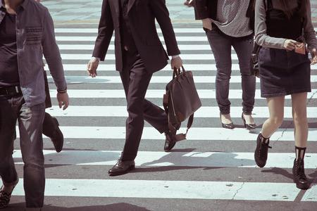 paso de peatones: Personas que se desplazan en la hora punta en el paso de cebra, Tokio japón