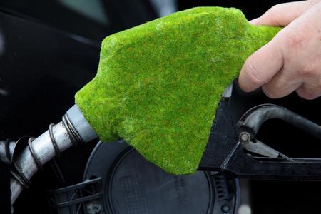 tanque de combustible: boquilla de combustible verde, el concepto de energía ecológica