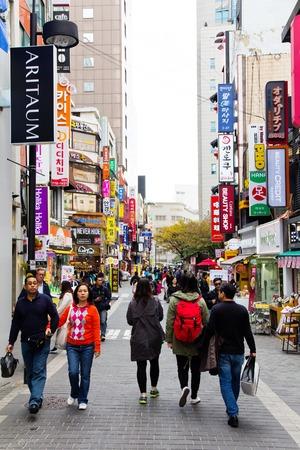 Seoul, Zuid-Korea - 1 november: Jonge mensen winkelen in de Myeongdong Shopping Street op 1 november 2014 in Seoul, Zuid-Korea. De locatie is de première wijk om te winkelen in de stad.