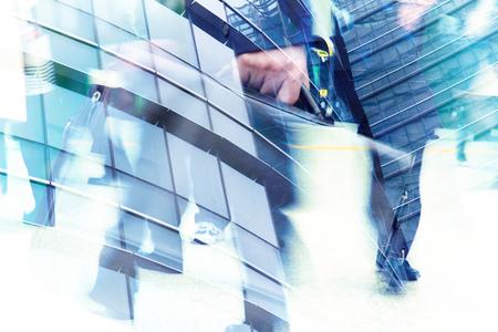 üzlet: csúcsforgalom koncepció, elvont dupla expozíció üzletember és irodaépületek