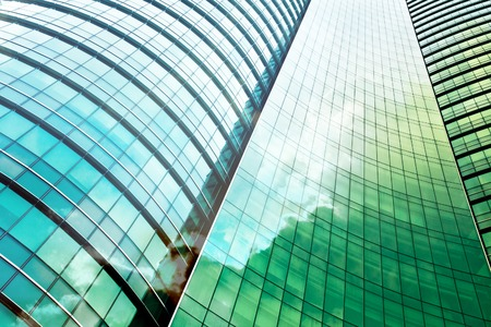construccion: doble exposición del edificio de oficinas moderno