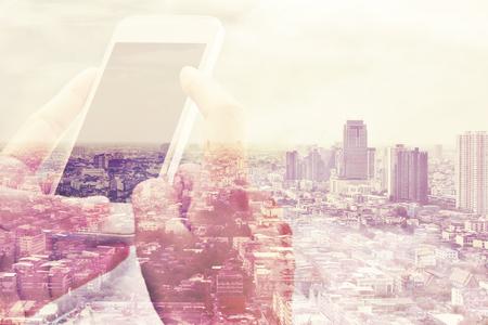通信: スマート電話や都市の景観の背景の二重露光 写真素材