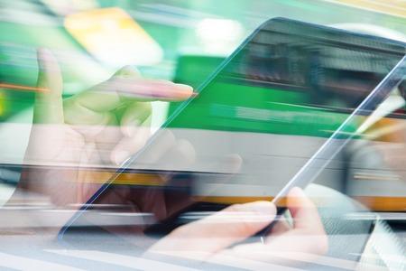 비지니스: 도시 거리에 디지털 태블릿 이중 노출과 자동차의 흐리게보기를 사용하여