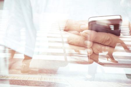 bewegung menschen: Doppel-Exposition des Menschen mit Smartphone und Menschen zu Fu� auf der Stra�e Hintergrund Lizenzfreie Bilder