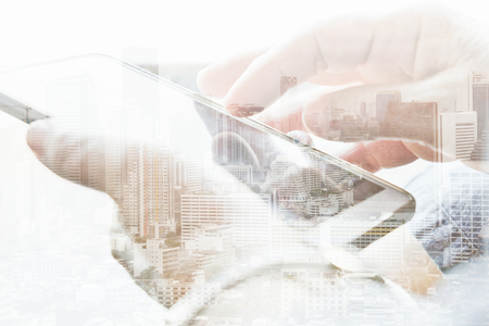 Doppelbelichtung von Stadtbild und von intelligentem Telefon, Kommunikationstechnologiekonzept.