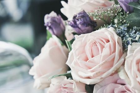 Roze nam in een boeket bloemen