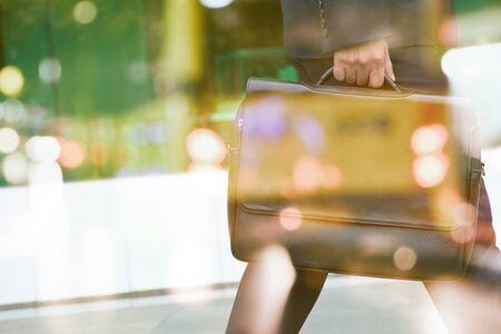 working people: Tiempo de negocios, imagen de hombre de doble exposici�n y vista borrosa de un coche en la calle Foto de archivo