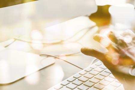 teclado de computadora: el uso de la doble exposición ordenador y visión borrosa de coches a la calle por la noche