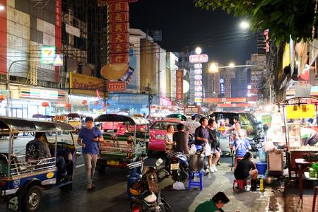 Chinatown, Bangkok, THAILAND - 28 januari 2016: Yaowarat Road 's nachts, op straat voedsel, goud winkel. Restaurant, enz., Beroemde en populaire bestemmingen voor toeristen.