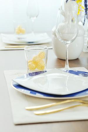 Close-up van couverts op elegante eettafel
