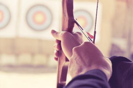 beeld van Archer houdt zijn boog gericht op een doel