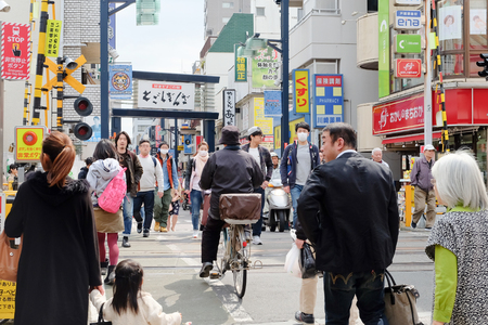 tiendas de comida: TOKYO- APRIL 1, 2016: togoshi ginza street tokyo Japan, is one of the popular shopping street located in Togoshi, Shinagawa. There are over 400s of shops, restaurants, food stands, stores groceries. Editorial