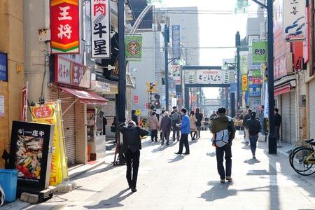 tiendas de comida: TOKIO, JAPÓN-MARZO 29 2016: calle Ginza Togoshi por la mañana, es una de la popular calle comercial situada en Togoshi, Shinagawa. Hay más de 400s de tiendas, restaurantes, puestos de comida, tiendas de comestibles.