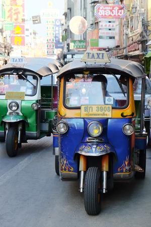 motorised: BANGKOK, Tailandia - APRIL24, 2016: triciclo motorizado en el camino de Yaowarat, el barrio chino de Bangkok, el triciclo motorizado son una forma popular para el transporte en el camino de Yaowarat. Editorial