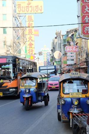 MOTORIZADO: BANGKOK, Tailandia - APRIL24, 2016: triciclo motorizado en el camino de Yaowarat, el barrio chino de Bangkok, el triciclo motorizado son una forma popular para el transporte en el camino de Yaowarat. Editorial