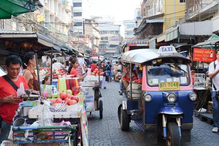 Chinatown, Bangkok, THAILAND-24 april 2016: straat eten bij Yaowarat Road. Yaowarat weg is diverse producten zoals straat eten, goud shop.Restaurant, enz., Beroemde en populaire bestemmingen voor toeristen. Redactioneel