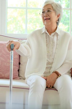 mujer se retiró con su bastón