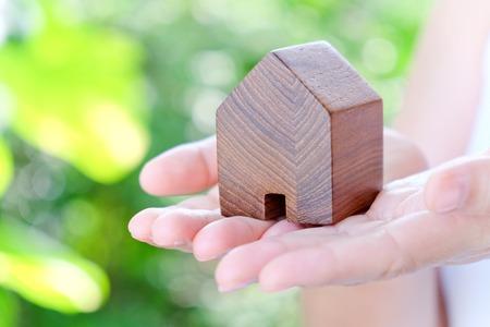concept beeld van uw huis hand houden pictogram huis,
