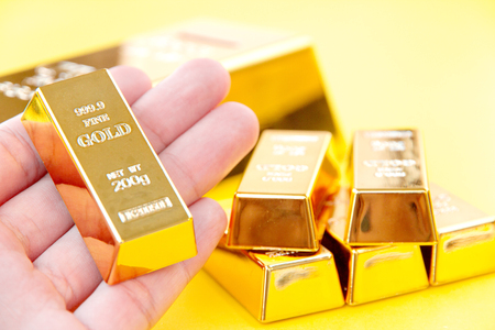 Hand hold gold bars Imagens