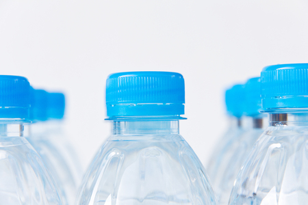 botella de plastico: Close-up plastic bottle of drinking water