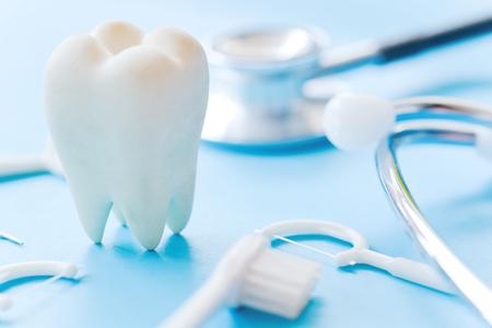 Zahnmedizinisches Modell und zahnmedizinische Ausrüstung auf blauem Hintergrund, Konzeptbild des zahnmedizinischen Hintergrundes. Zahnhygiene Hintergrund Standard-Bild