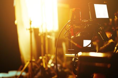비디오 카메라 뷰 파인더, 영화 제작 승무원, 장면 배경 뒤에 세부 사항.