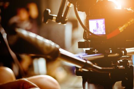 Tournage avec un appareil photo professionnel, Film Crew. Banque d'images - 83730993
