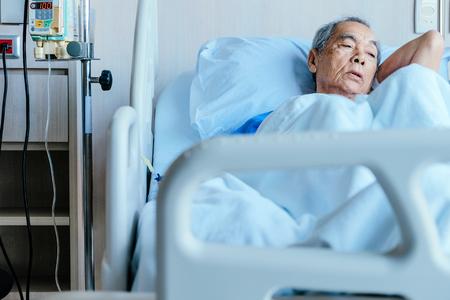Patients âgés dans un lit d'hôpital Banque d'images