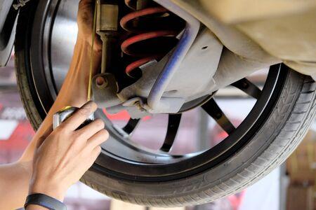 mechanic checking the car condition 版權商用圖片