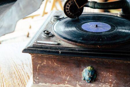 Detail des antiken Schallplattenspielers Standard-Bild