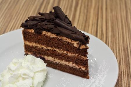 ホイップ クリームとチョコレート ケーキ。