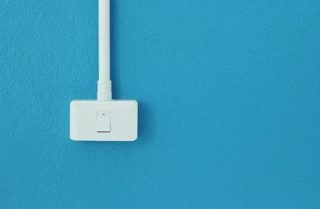 the switch: Interruttori della luce sulla parete blu Archivio Fotografico