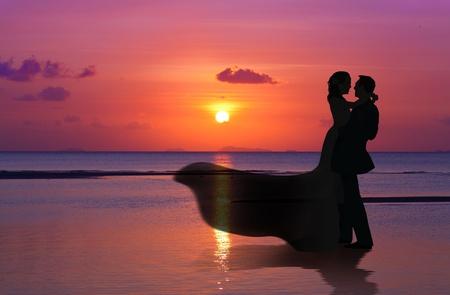 puesta de sol: Pareja se cas� en el atardecer en la playa Foto de archivo