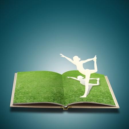 paper cut: Paper Cut van meisje doet yoga op oud boek gras