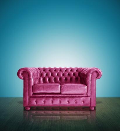 muebles antiguos: Sof� cl�sico de cuero de color rosa y azul de fondo