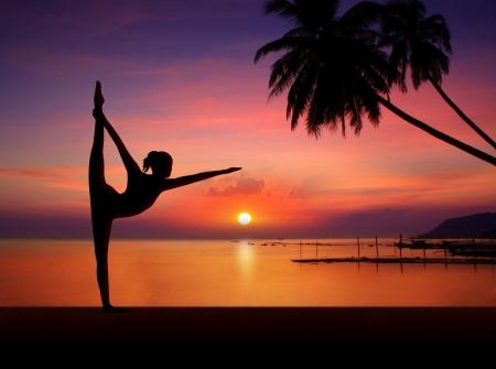 Silhouet van Yoga meisje in zonsondergang Stockfoto