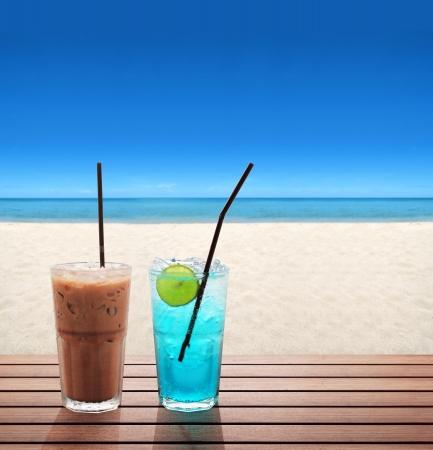 tabulka: ledová káva s modrým limonády s vápnem na pláži v létě Reklamní fotografie