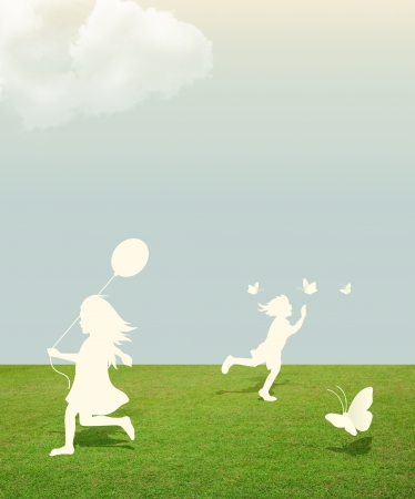 enfants qui jouent: silhouette de jeune fille et gar�on jouant avec des papillons et ballon sous le papier coup� ciel de style