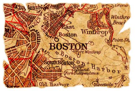 ports: Boston su una vecchia mappa strappata, isolata. Parte della vecchia mappa serie. Archivio Fotografico