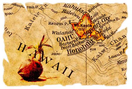 hawai: Honolulu, Hawaii sobre un viejo mapa desgarrado desde 1949, aislado. Parte de la antigua serie de mapa.  Foto de archivo