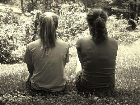 mejores amigas: la amistad en las ni�as ANCIANO b & w para ver vintage  Foto de archivo