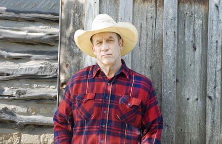 uomo rosso: cowboy bello o allevatore con un'espressione scettica