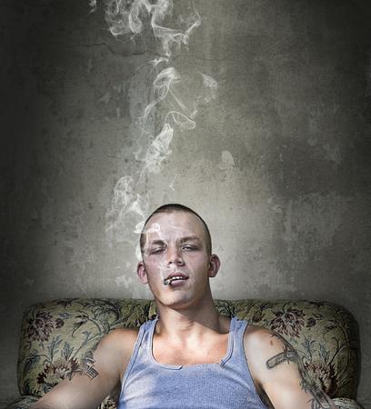 ragazze bionde: Handsome giovane ragazzo arrogante fumare una sigaretta